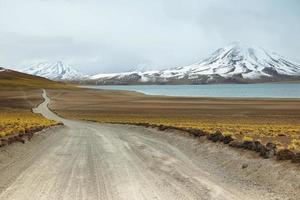 Blick auf Feldweg und Miscanti-Lagune im Sico-Pass