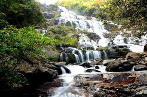 Wasserfälle in Herbstwäldern