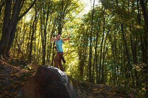 schöner Herbstwald, Trainingsbogenschütze. foto