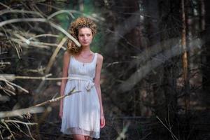 schöne Frau, die im Wald geht foto
