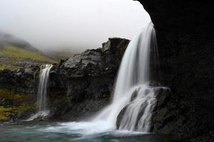kleiner Wasserfall in einem Wald foto
