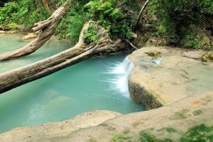 tiefer Waldwasserfall
