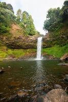 schöner Wasserfall im tiefen Wald, Laos foto