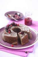 Schokoladen-Bundt-Kuchen mit Waldbeerenmarmelade foto