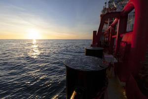 Poller auf dem Schiff, Sonnenuntergang auf dem Hintergrund