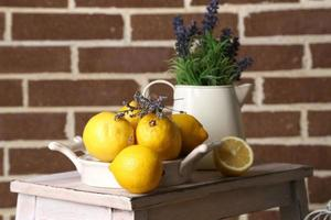 Stillleben mit frischen Zitronen und Lavendel foto