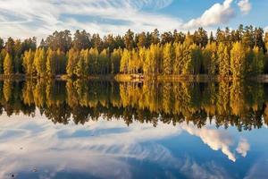 herbstlicher See in der Nähe des Waldes