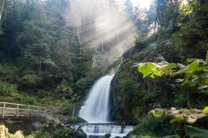 kleine Wasserfälle mit Felsen