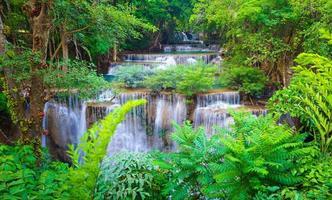 tiefer Waldwasserfall in Kanchanaburi, Thailand foto