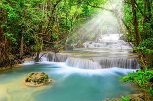 tiefer waldwasserfall, huay mae khamin, kanchanaburi, thailand foto