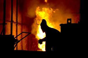 harte Arbeit in einer Gießerei, schmelzendes Eisen foto