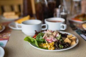 Salatbar mit verschiedenen Gemüsesorten am Buffet.