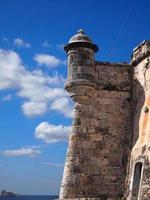 alter Fortturm an einem sonnigen Tag, Havanna, Kuba foto