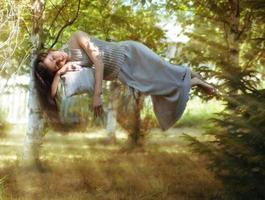 Levitation, das schlafende Mädchen im Wald