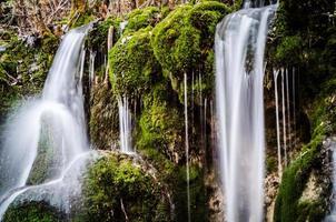 tiefer Waldwasserfall im Jiuzhaigou-Nationalpark, China. foto