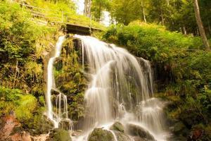 märchenhafter wasserfall im schwarzwald deutschland feldberg foto