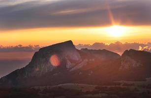 Bergrücken und Wolken bei Sonnenuntergang
