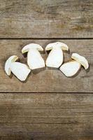 frische Scheiben Steinpilze auf einem Holztisch