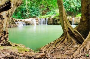 natürlicher wasserfall in thailand foto