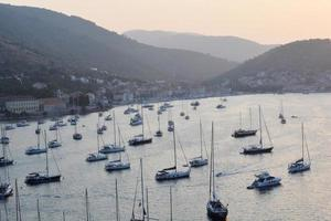 Yachten von oben bei Sonnenuntergang an der Mittelmeerküste foto