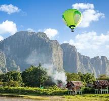 Heißluftballon über Berg foto