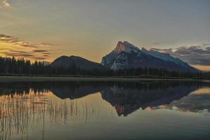 Sonnenaufgang über zinnoberroten See foto