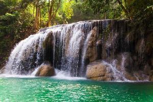 Erawan Wasserfall, Kanchanaburi, Thailand. foto