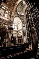 die große Moschee oder Mezquita berühmten Innenraum in Cordoba, Spanien foto