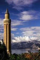 Wolkenlandschaft, Himmel, Lichtstrahl, Sonne hinter Wolken, geriffeltes Minarett foto