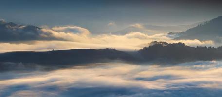 dichter Nebel in Bergkarpaten foto