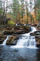 Herbstwasserfall im Berg foto