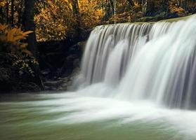 Wasserfall mit blauem Strom