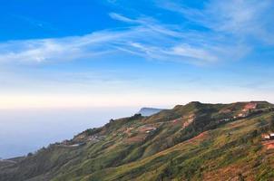 schöne berglandschaft in phutabberk phetchabun, thailand foto