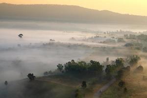 nebliger Morgensonnenaufgang im Berg bei khao-kho phetchabu foto