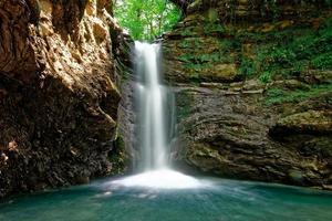 Wasserfall am Sommertag foto