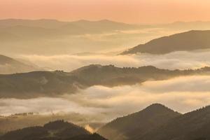 erstaunliche Berglandschaft mit dichtem Nebel. Karpaten.