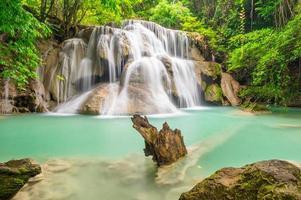 dritter Stock des Huay Mae Kamin Wasserfalls, die Klippe foto