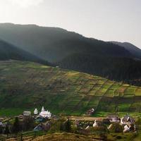 ländliche Landschaft mit Häusern und Bergen. Haus