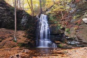 Herbstwasserfall im Berg. foto