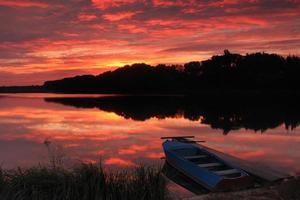 Boot auf einem ruhigen See foto