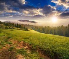 Nebel um die Bergspitze bei Sonnenuntergang