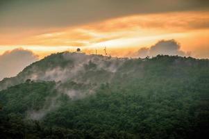 Sonnenaufgangszeit auf dem Gipfel des Berges in Thailand