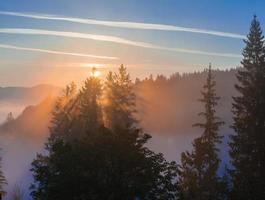 majestätischer Sonnenuntergang in der Berglandschaft. Karpaten, Ukraine