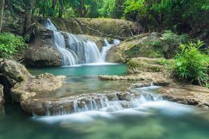 schöner wasserfall in kanchanaburi (huay mae kamin)