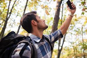 Mann sucht Verbindung am Telefon foto