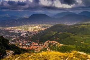 ländliche Landschaft auf den Bergen vor dem Sturm foto