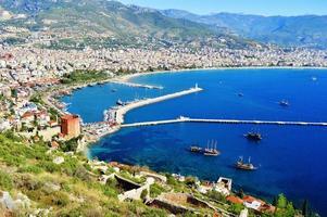 Blick auf den Hafen von der Halbinsel Alanya. türkische Riviera foto