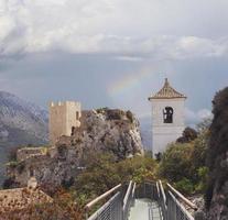 Guadalest Fort und Kapelle mit Regenbogen in der Nähe von Alicante, Spanien foto