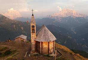Berg Col di Lana mit Kapelle foto