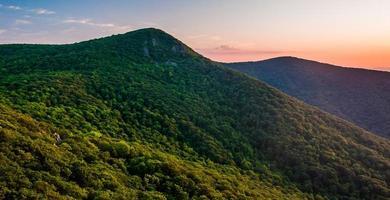 Blick auf den Hawksbill Mountain bei Sonnenuntergang, vom Crescent Rock Overso